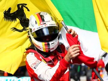 Vettel, con la bandera de Ferrari