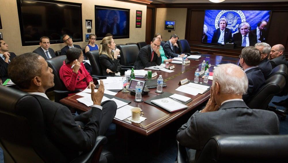 Barack Obama siguiendo por videoconferencia la reunión