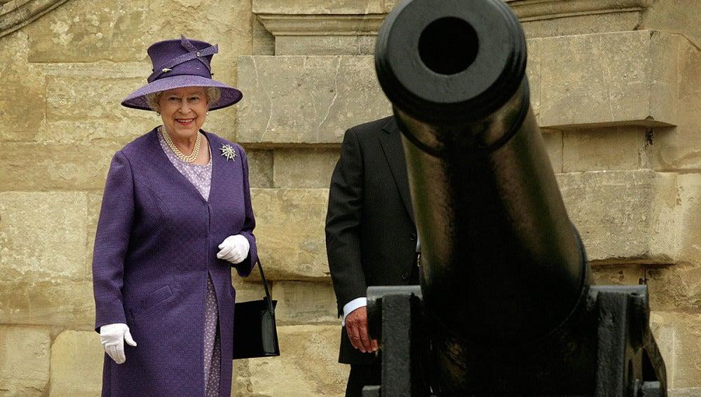 La Reina Isabel II junto a un cañón en Berkshire, England