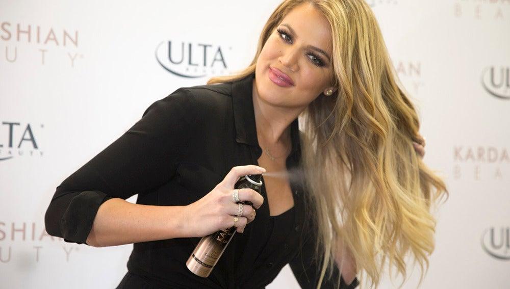 Khloe Kardashian se echa un buen lacazo en su melena