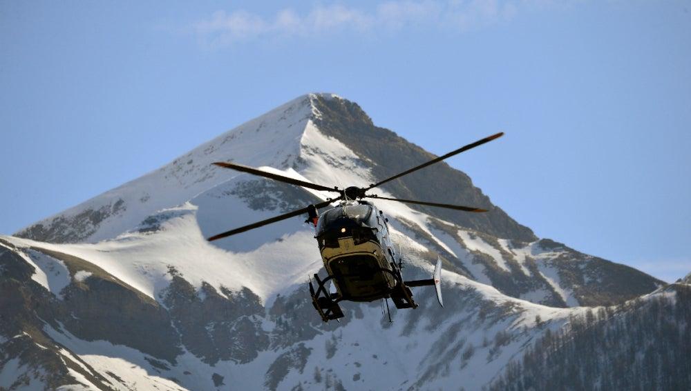 Helicóptero de rescate del avión siniestrado de Los Alpes