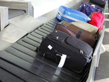 Maletas en una cinta de aeropuerto