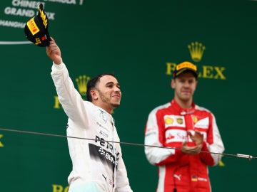 Hamilton, en el podio bajo la mirada de Vettel