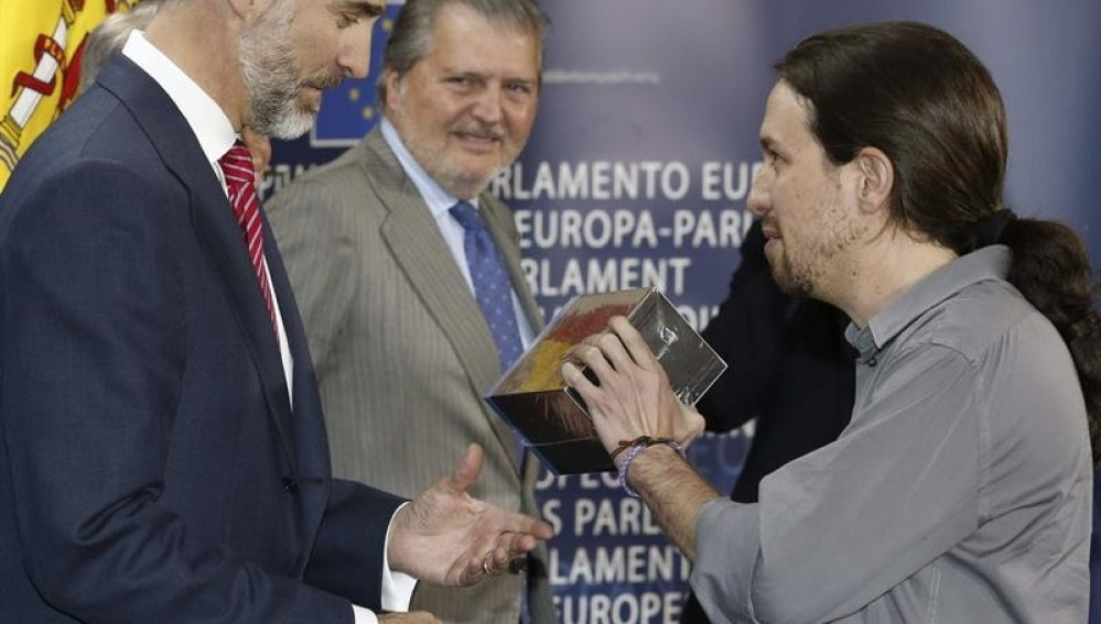 Pablo Iglesias le entrega al Rey la serie 'Juego de tronos'