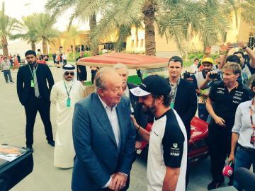 El Rey Juan Carlos charla con Fernando Alonso en Sakhir