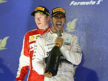 Hamilton saborea el champán por delante de Raikkonen
