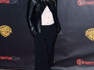 Christina Applegate con pantalones anchos y chaqueta de cuero