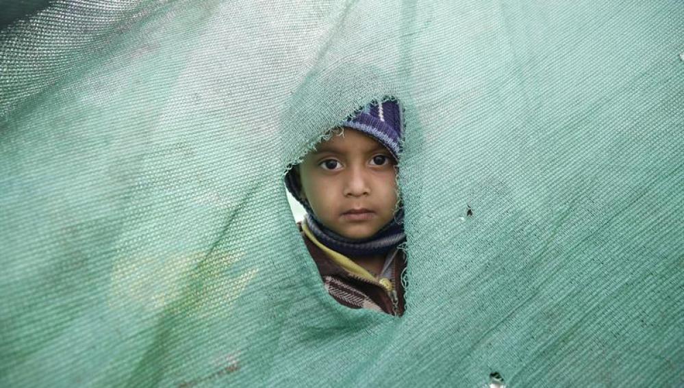 Un niño en un campamento de afectados.
