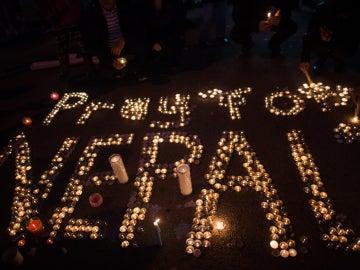 Velas en recuerdo por las víctimas del terremoto de Nepal