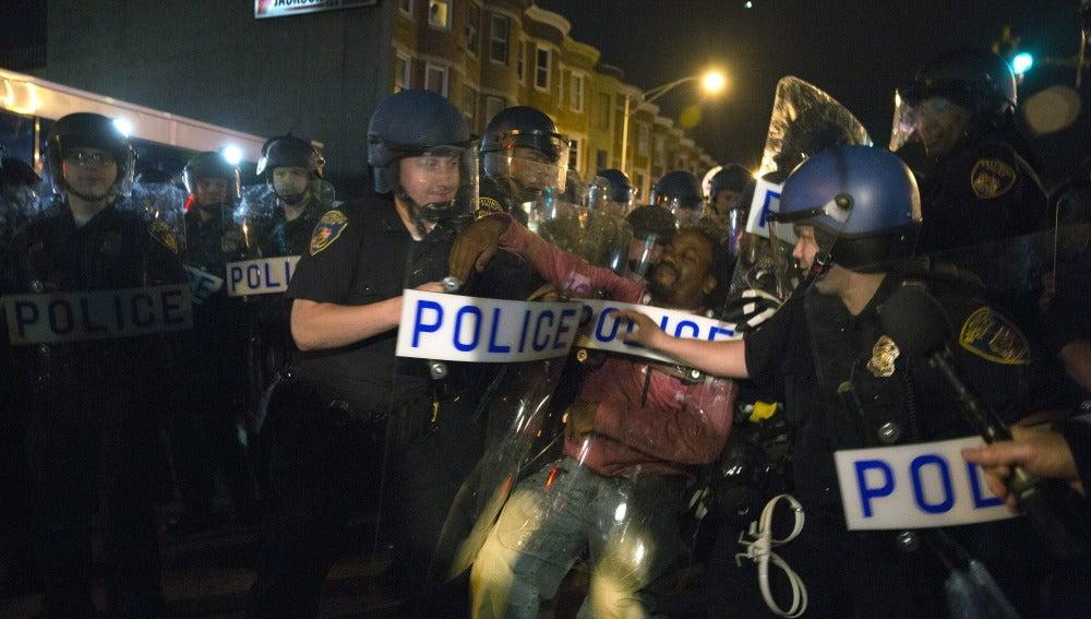 Miles de manifestantes marchan en Baltimore tras la imputación de seis policías