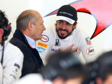 Fernando Alonso charla con Ron Dennis