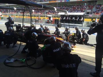 Fernando Alonso al pasar por boxes