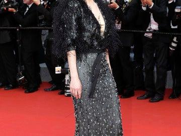 Julianne Moore espectacular con plumas y pedrería en negro combinado con gris de Armani Privé