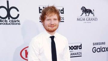 Ed Sheeran, con camisa blanca y corbata negra