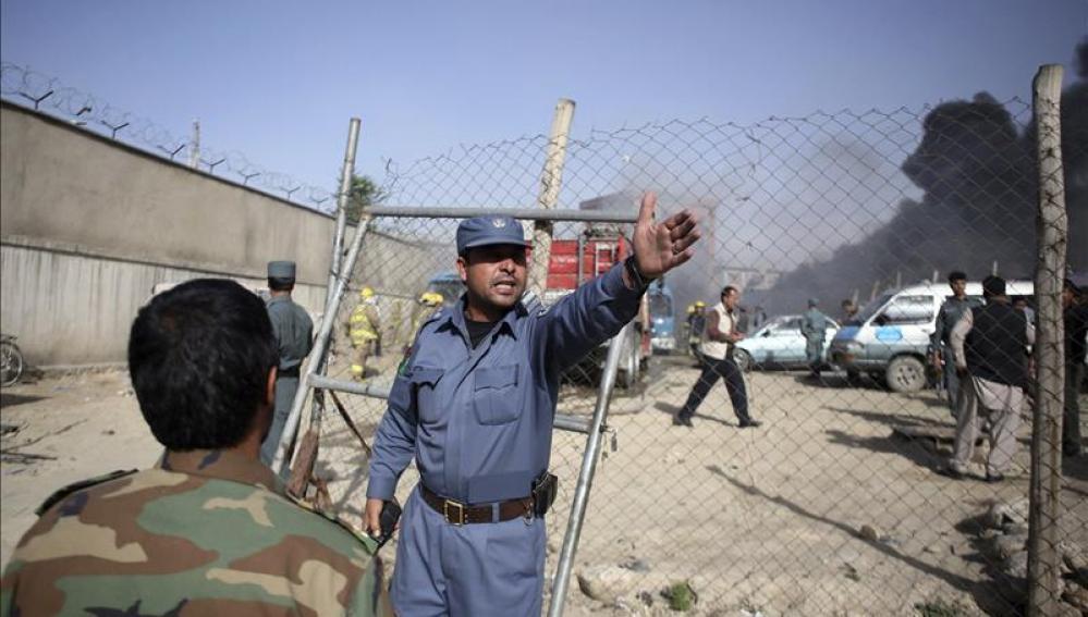 Miembros de la seguridad afgana acordonan la zona donde se ha producido el ataque