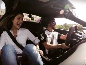 Lucía, en el coche de Alonso