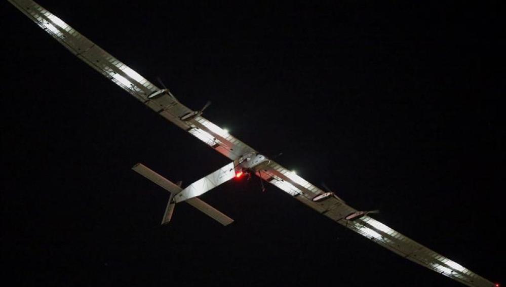 El Solar Impulse pospone su travesía por el Pacífico debido al mal tiempo.