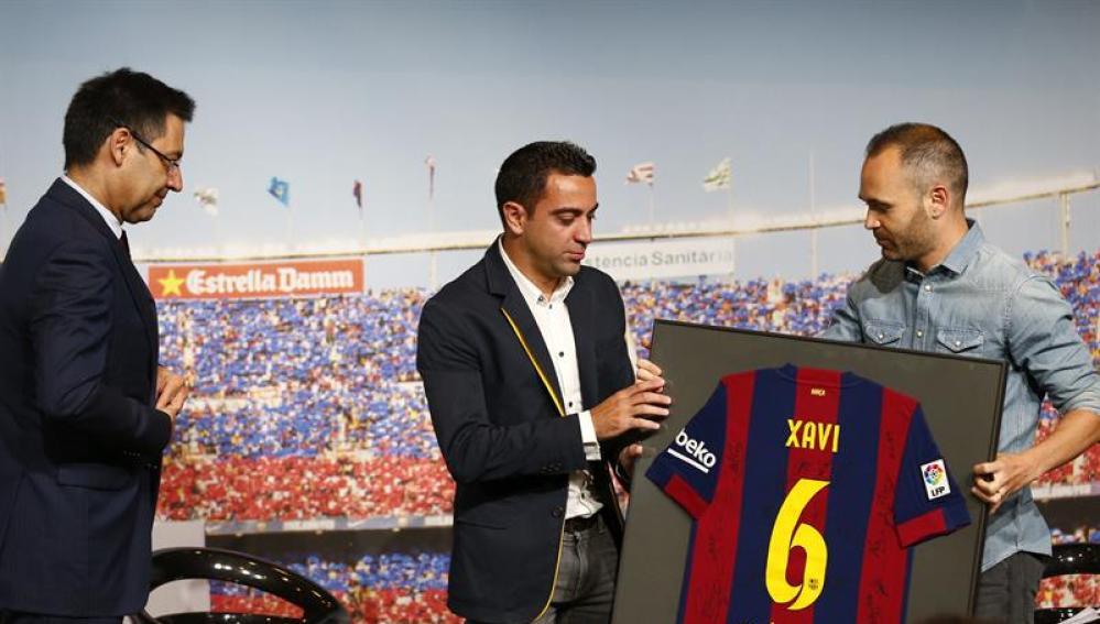 Xavi recibe un homenaje junto a Iniesta y Bartomeu