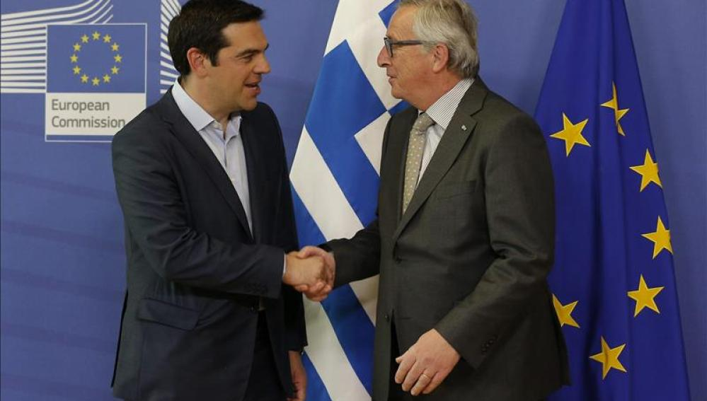 El presidente de la Comisión Europea, Jean-Claude Juncker recibe al primer ministro griego Alexis Tsipras.