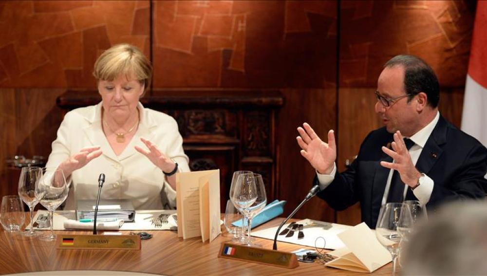 La canciller alemana Angela Merkel y el presidente galo Francois Hollande.