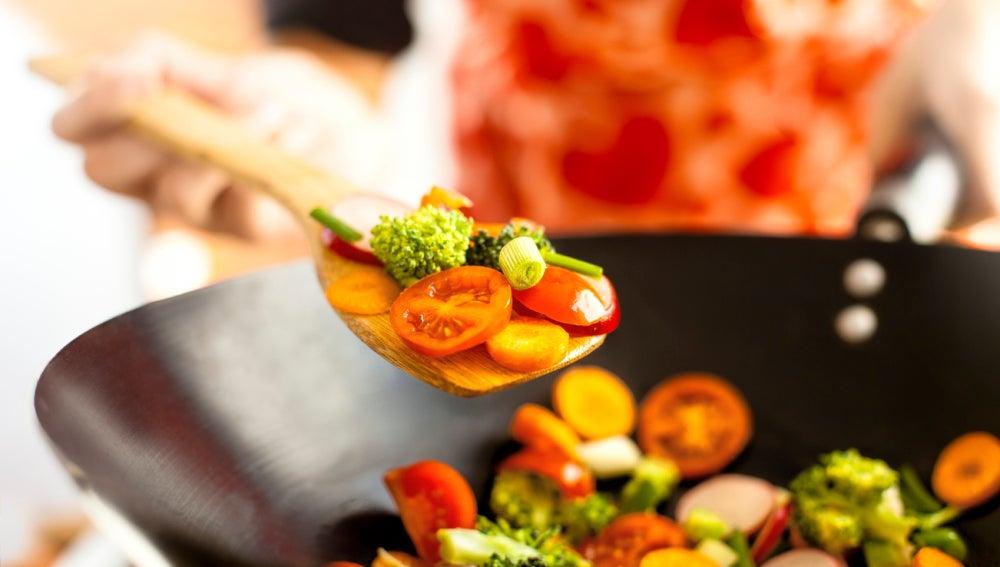 Verduras crudas, al horno, salteadas… ¿Qué preparación te aporta más nutrientes?