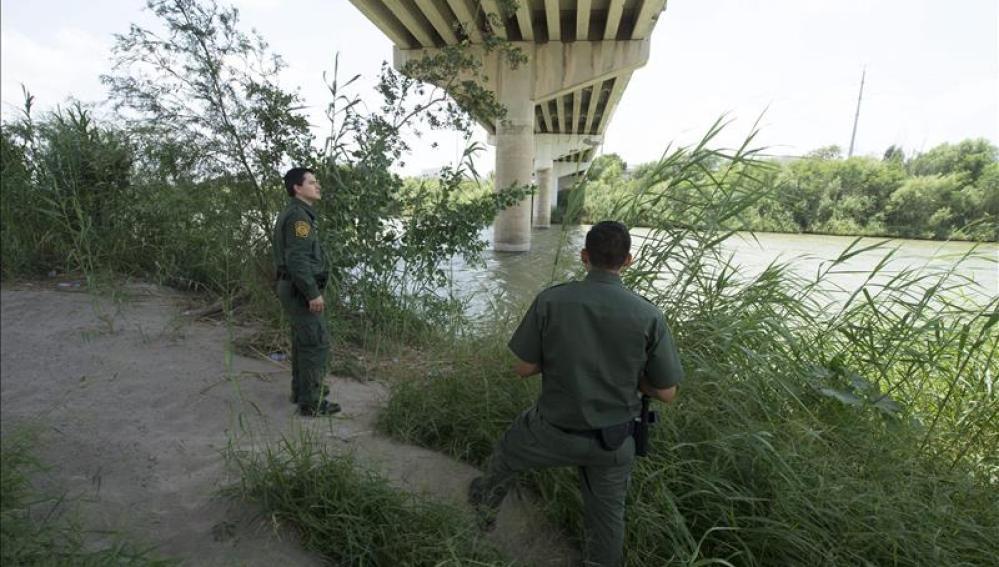 Agentes de inmigración de Estados Unidos en la frontera con México