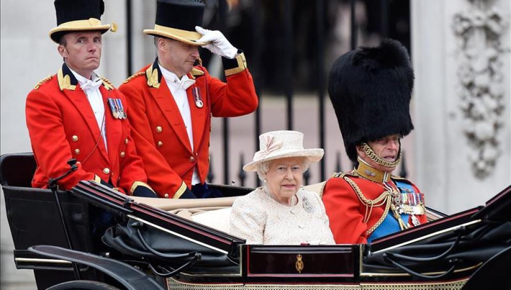 La reina Isabel II celebra su 89 cumpleaños con un desfile militar en Londres