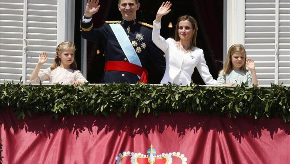 Felipe, Letizia y sus hijas las infantas el día de la proclamación de Felipe VI