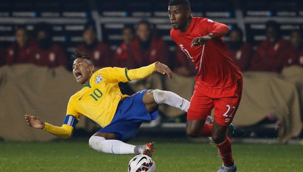 Neymar es el blanco de todas las patadas