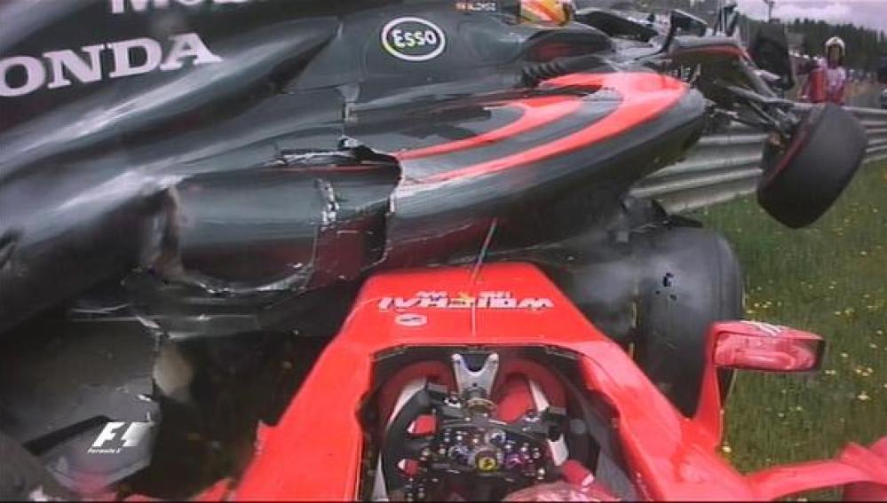 Espectacular accidente entre Alonso y Raikkonen en la primera vuelta
