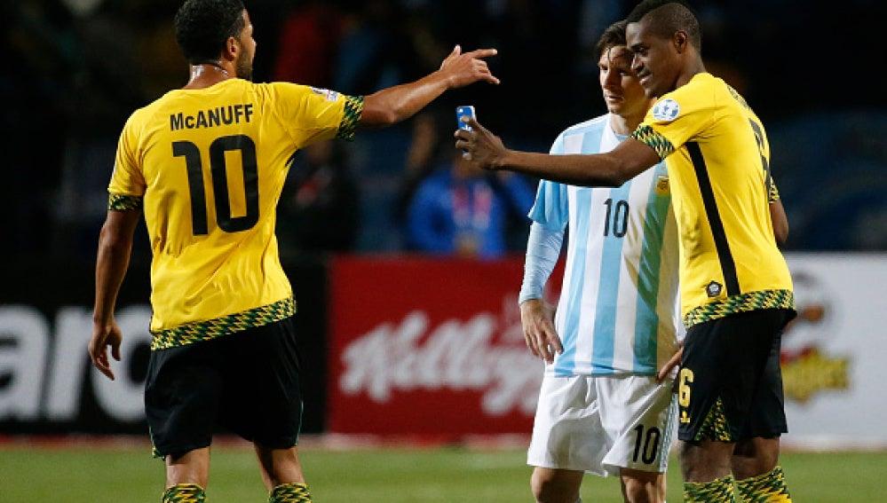 Selfie de Messi con un jugador jamaicano