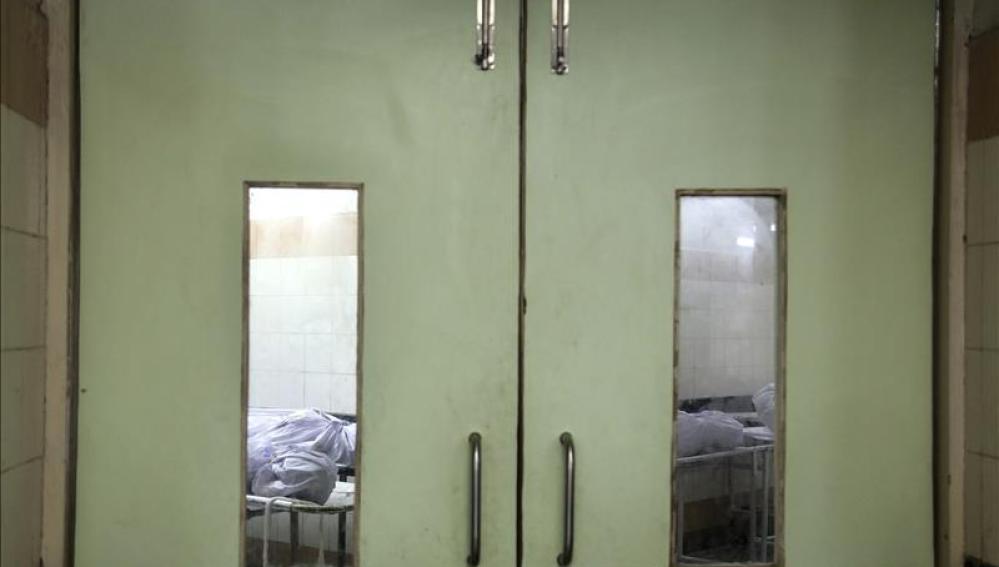 Víctimas en la morgue del hospital general municipal de Shatabdi en Bombay