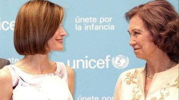 La reina Letizia y la reina Sofía en la entrega de premios UNICEF