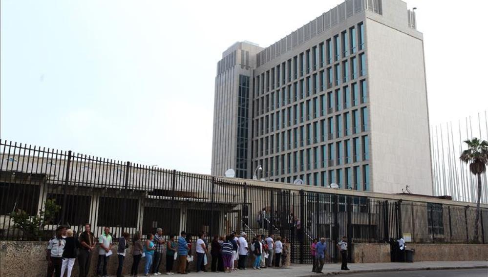 Varias personas permanecen en fila para solicitar una visa en la Sección de Intereses de EEUU (SINA), en La Habana (Cuba)