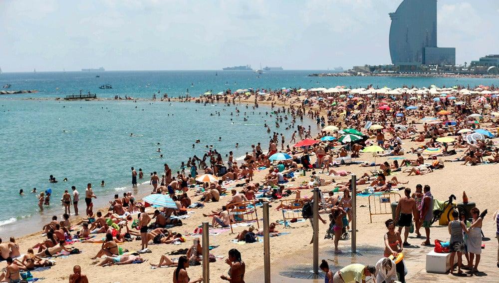 La playa de la Barceloneta plagada de bañistas