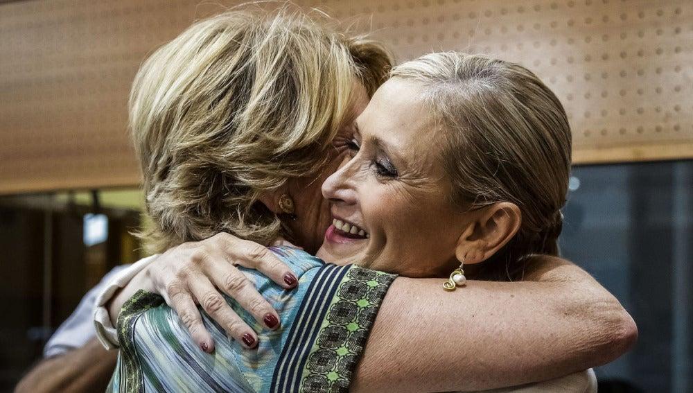 Aguirre y Cifuentes se funden en un abrazo