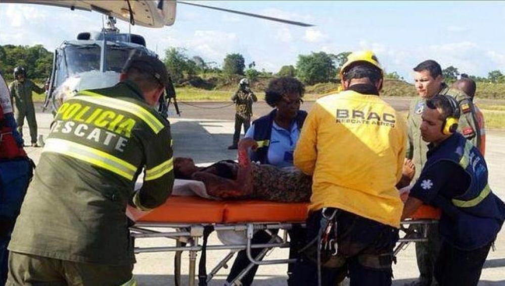 Imagen de la mujer siendo rescatada.