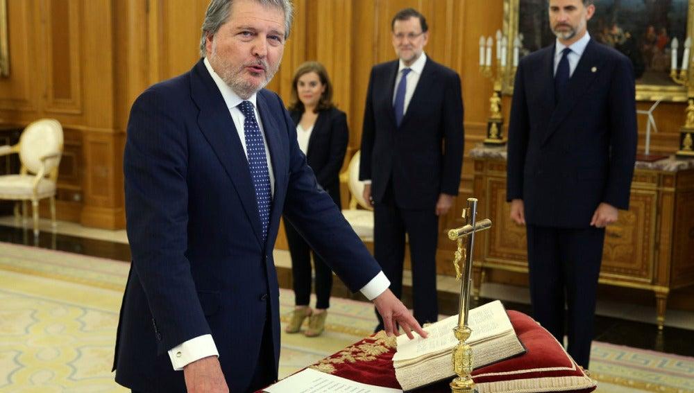 Íñigo Méndez de Vigo jurando su cargo ante el Rey y Rajoy