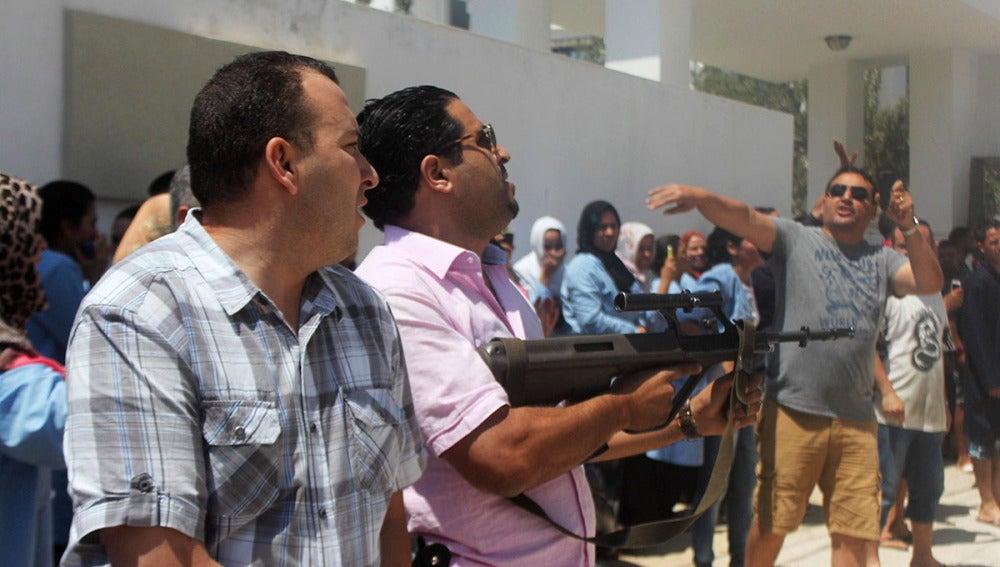 Miembros de seguridad acordonan la zona del ataque terrorista en los hoteles de Susa