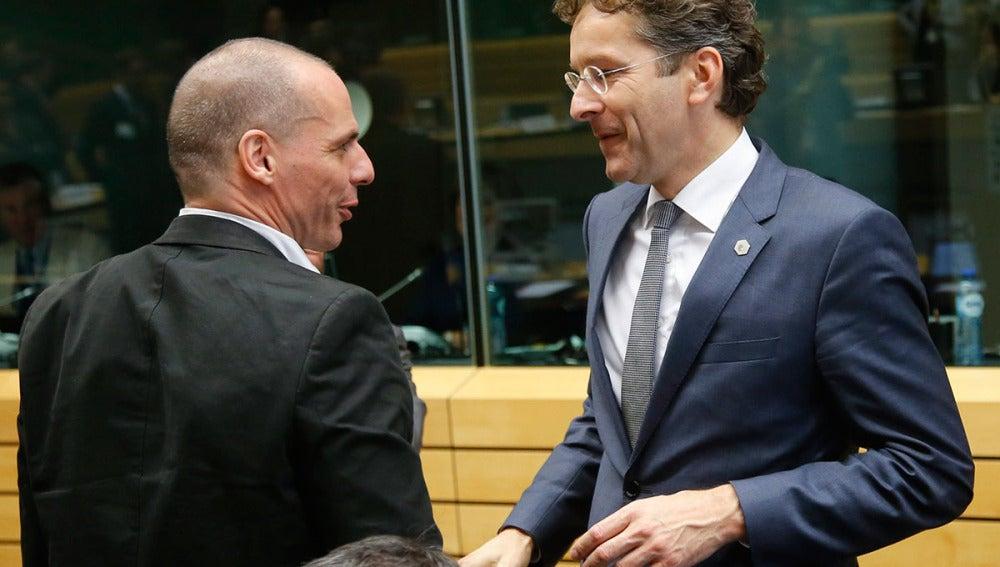 Jeroen Dijsselbloem conversa con Yanis Varufakis en Bruselas