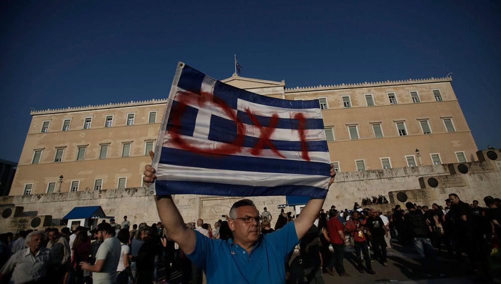 Varias personas a favor del no en el referéndum se manifiestan en la plaza Syntagma