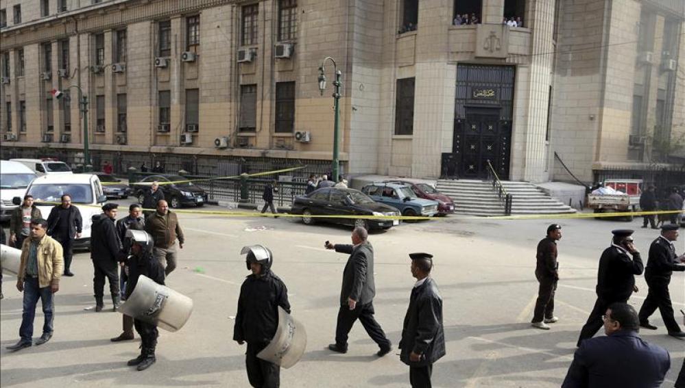 Efectivos de la policía tras la explosión de una bomba el pasado mes de marzo