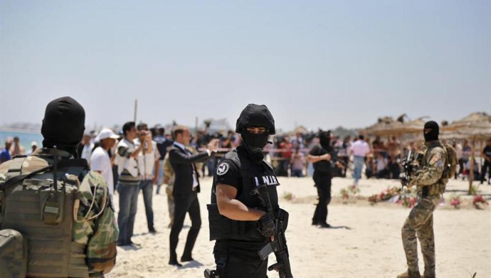 Efectivos de las Fuerzas de Seguridad tunecinas vigilan la playa donde se produjo el atentado