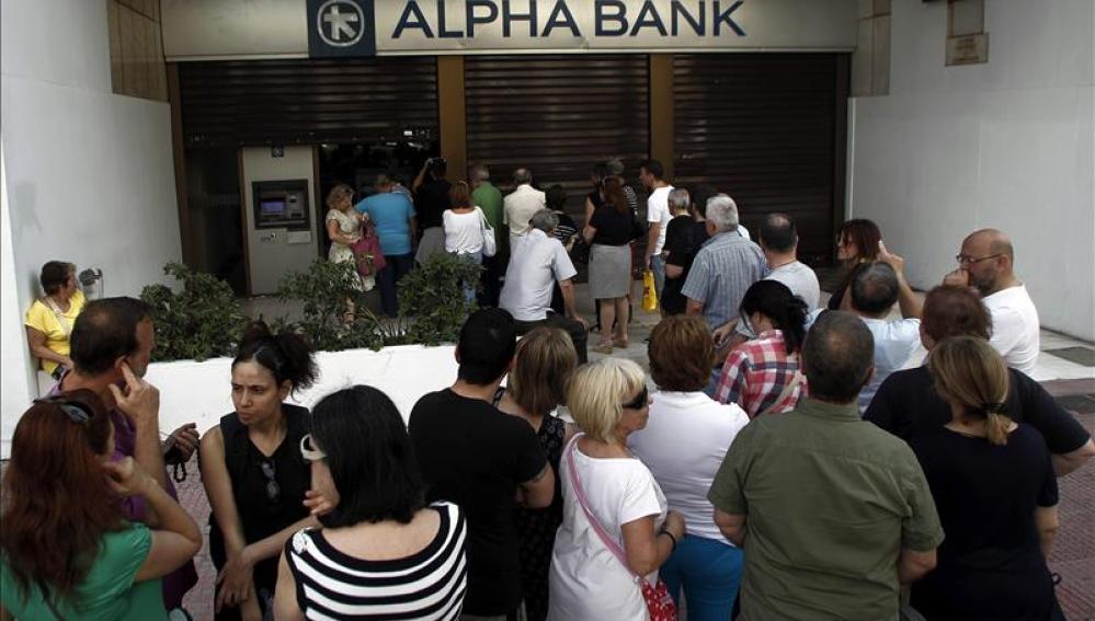 Los bancos griegos cerrarán hasta 6 julio y sólo se podrá sacar 60 euros diarios