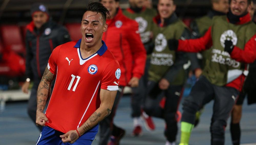 Vargas celebra el gol del triunfo chileno