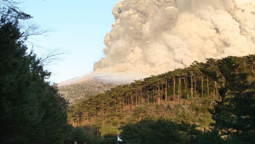 Imagen de la erupción del volcán en el monte Hakone.