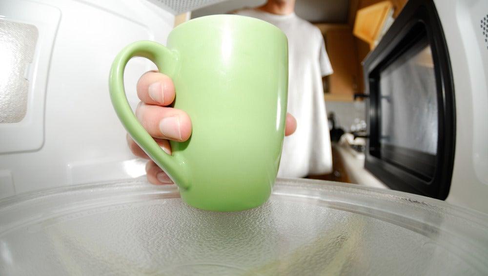 Ese café que sales del micro se va a enfriar en segundos... y lo sabes.