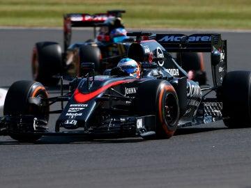 Alonso, por delante de un Toro Rosso