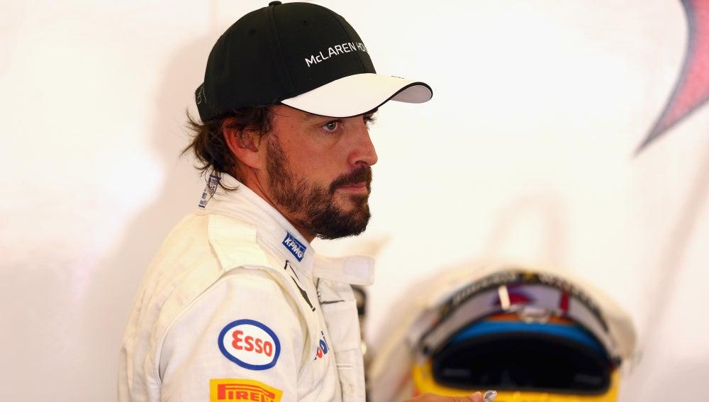 Alonso, en el box de McLaren