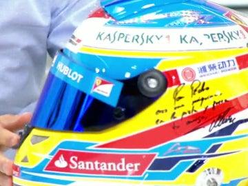 El casco que Alonso dio a De la Rosa